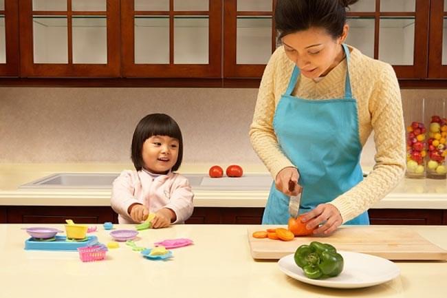 Lợi ích tuyệt vời của việc cho bé vào bếp sớm có thể cha mẹ chưa biết