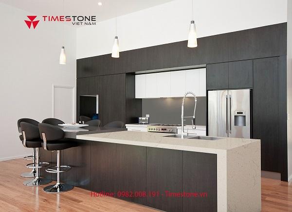 Không gian bếp thêm tiện dụng, tinh tế nhờ bàn đảo đá nhân tạo